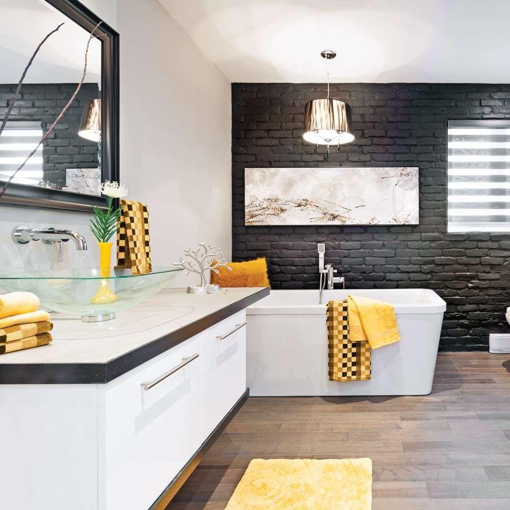mur de briques peint en noir plancher en rable huil et douche en c ramique imitation bois. Black Bedroom Furniture Sets. Home Design Ideas