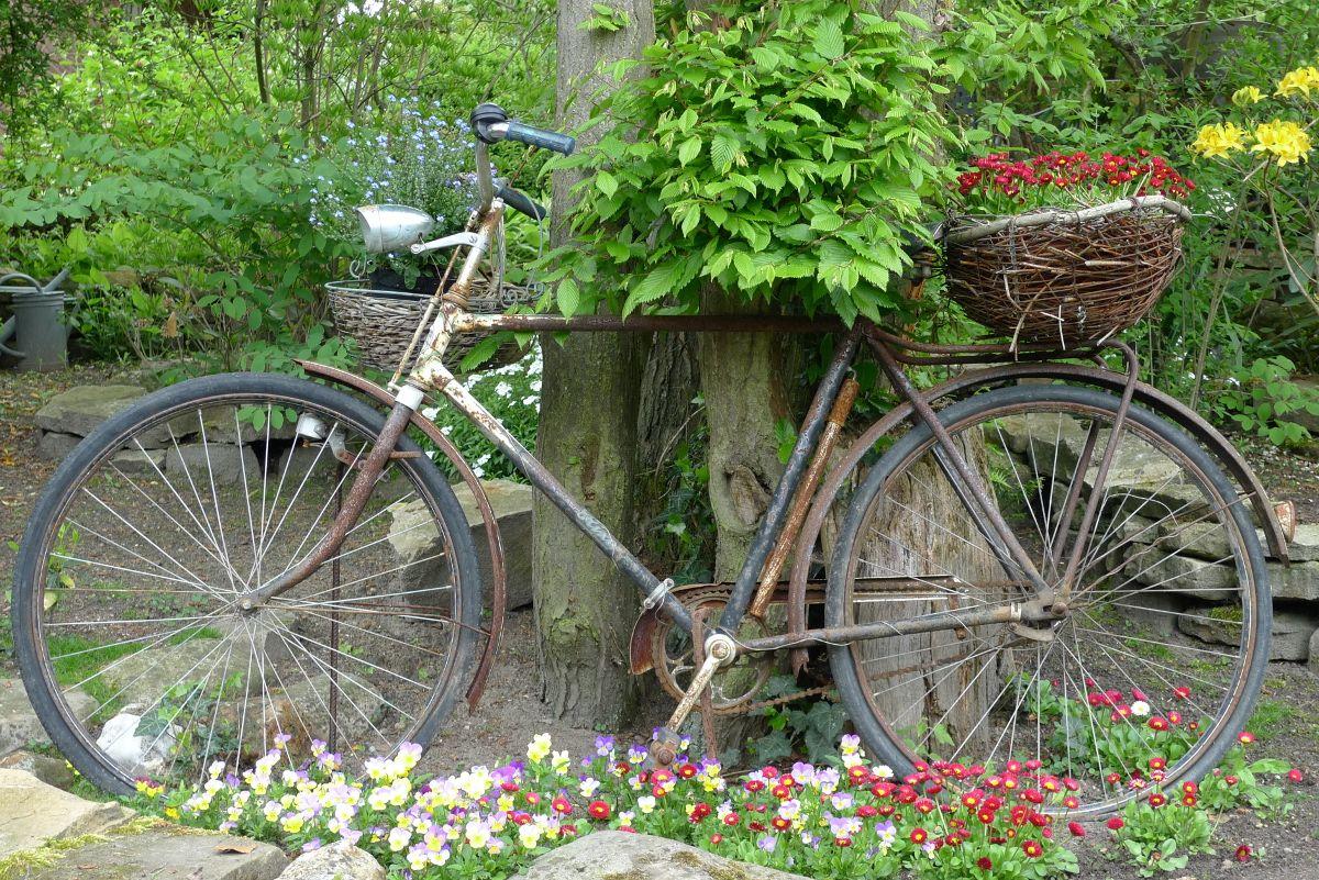 altes fahrrad im blumenmeer garten pinterest garten deko garten und deko fahrrad. Black Bedroom Furniture Sets. Home Design Ideas