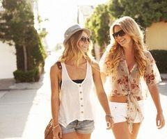 Photo of Disse klærne er en dag å henge med venner på et turiststed. De…