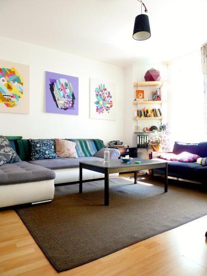 Helles Wohnzimmer mit bunten Bildern dekoriert #Wohnzimmer