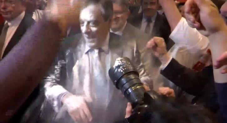 #DÜNYA Fillon'a 'un'lu saldırı: Fransa'da merkez sağın cumhurbaşkanı adayı François Fillon'a katıldığı bir salon toplantısı sırasında unlu…