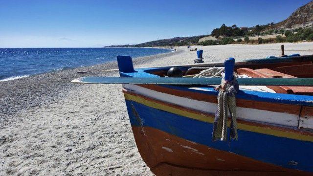 Calabria ionica barche sulla spiaggia | Calabria, Barche, Spiaggia