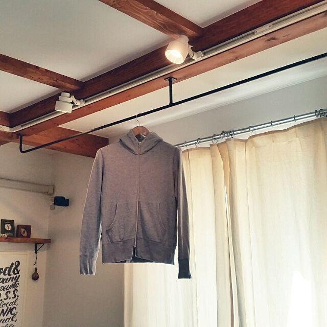 女性で、3LDK、家族住まいのアイアン/物干し/壁/天井についてのインテリア実例を紹介。「天井の梁にアイアンで物干しをオーダー。お客さん用のコート掛けにも便利。」(この写真は 2016-06-15 21:17:19 に共有されました)