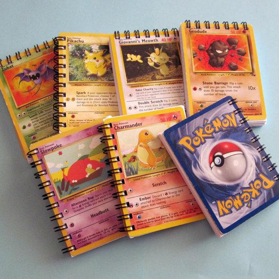 Ce mini journal/carnet de croquis est fabriqué sur commande de cartes du jeu de cartes à collectionner Pokemon recyclés.    Journal