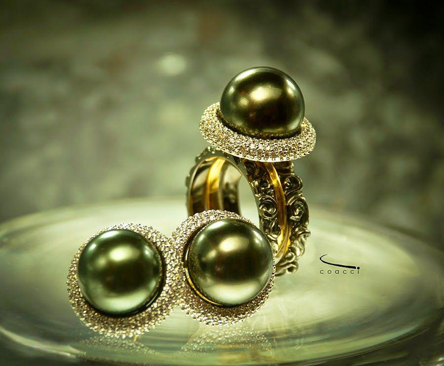 Ouro branco, amarelo e negro; Diamantes; Pérolas. white, yellow and black Gold; Diamonds, Pearls.  Conjunto inspirado na peça Peão do jogo de Xadrez. Ref,: Peão ~ Pawn