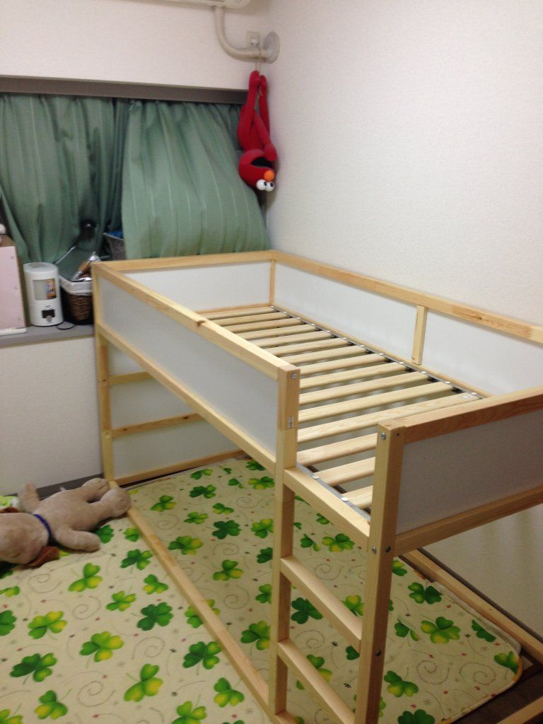 イケアの二段ベッドを購入 現在約5畳のスペースに物置棚を置いた状態でも4人 大人2人 小学生1人 3歳1人 で寝ることができる寝床スペースを確保 イケア 二段ベッド 子供用