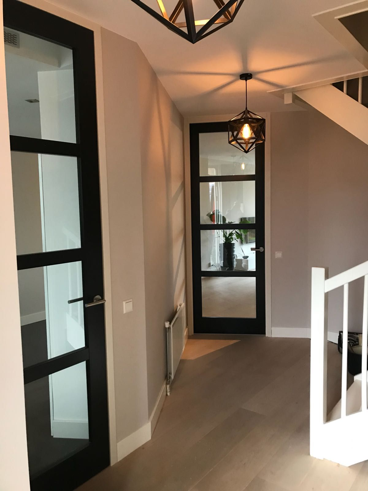 #Houten #moderne #binnendeuren met een #steel-look in een #kozijn van Simon Maree #staal #steel #interiordesign #interior #halinrichting