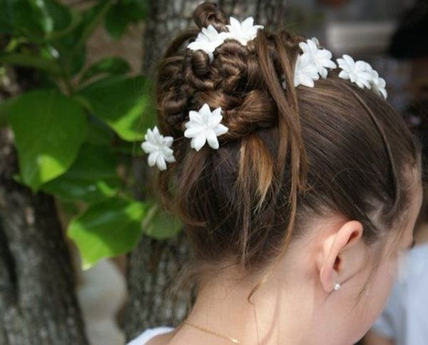 Peinado de comuni n adornado con flores peinados de - Peinados sencillos para comunion ...