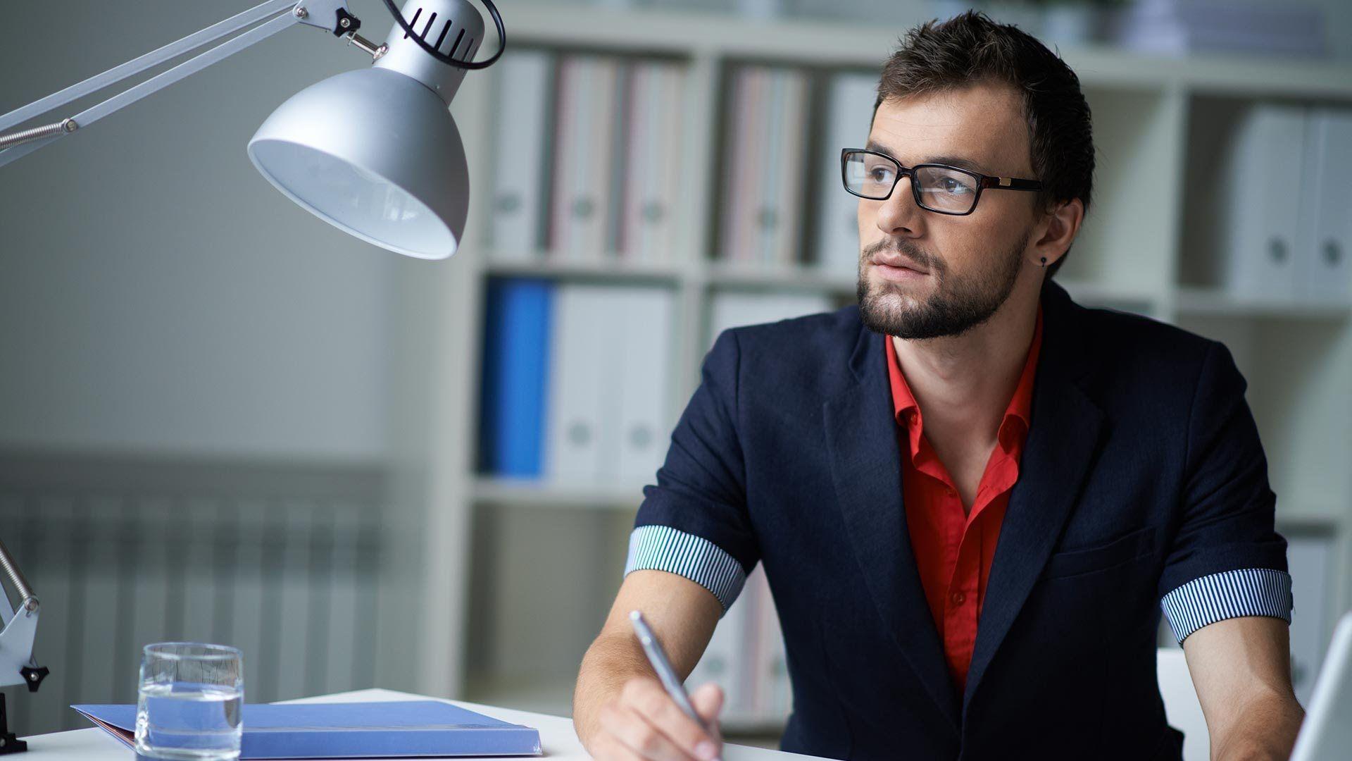 сосисками фото парень за столом в офисе цифры