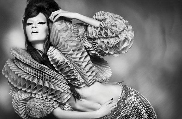 Muitos estilistas adoram resgatar os chamados rufos em suas criações. Gareth Pugh foi um dos últimos a se lembrar dessa gola do século XVI e colocá-la num dos modelos de sua coleção apresentada em Paris.