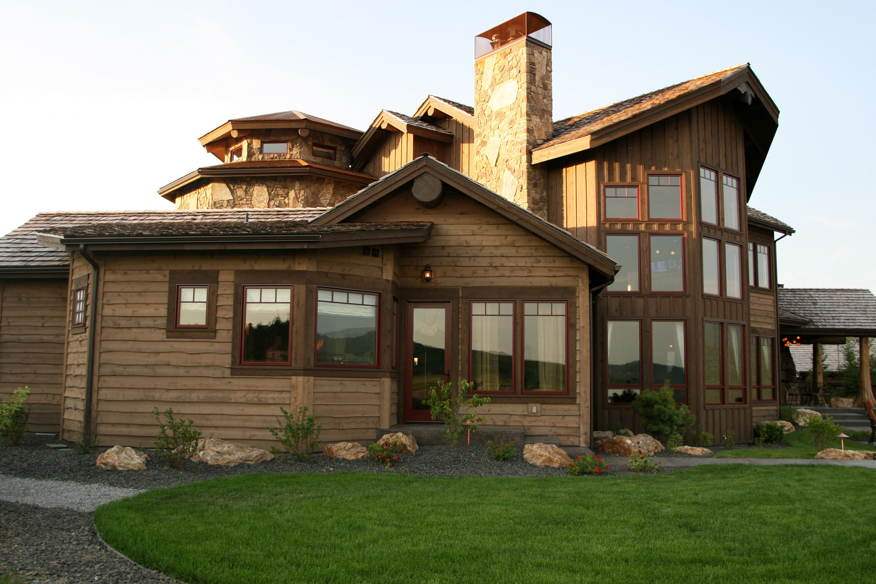 Pinnacle Cat With Cinnamon Cladding Perfect For This Rustic Mountain Home Windsor Windows Doors Www Windsorwindows