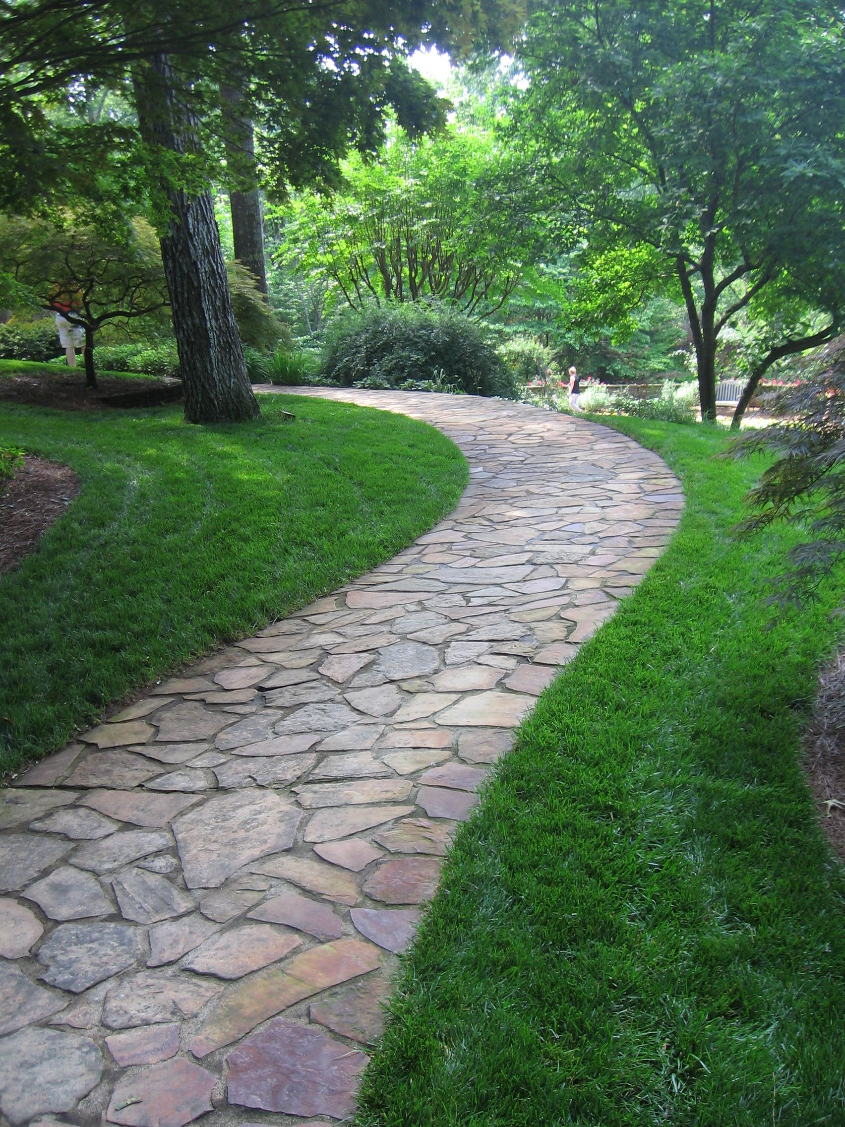 Flagstone pathway at gibbs gardens steps pathways for Landscaping ideas stone path