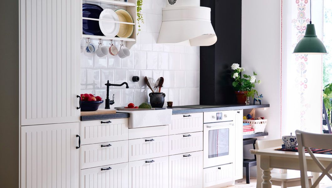 Traditionelle METOD Küche in Weiß mit KROKTORP Türen und Fronten ...