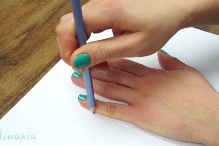 Elle trace le contour de sa main... et la dessine en 3D                                                                                                                                                      Plus                                                                                                                                                     Plus