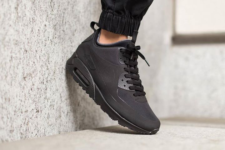 On foot look at the Nike Air Max 90 Mid Winter Black