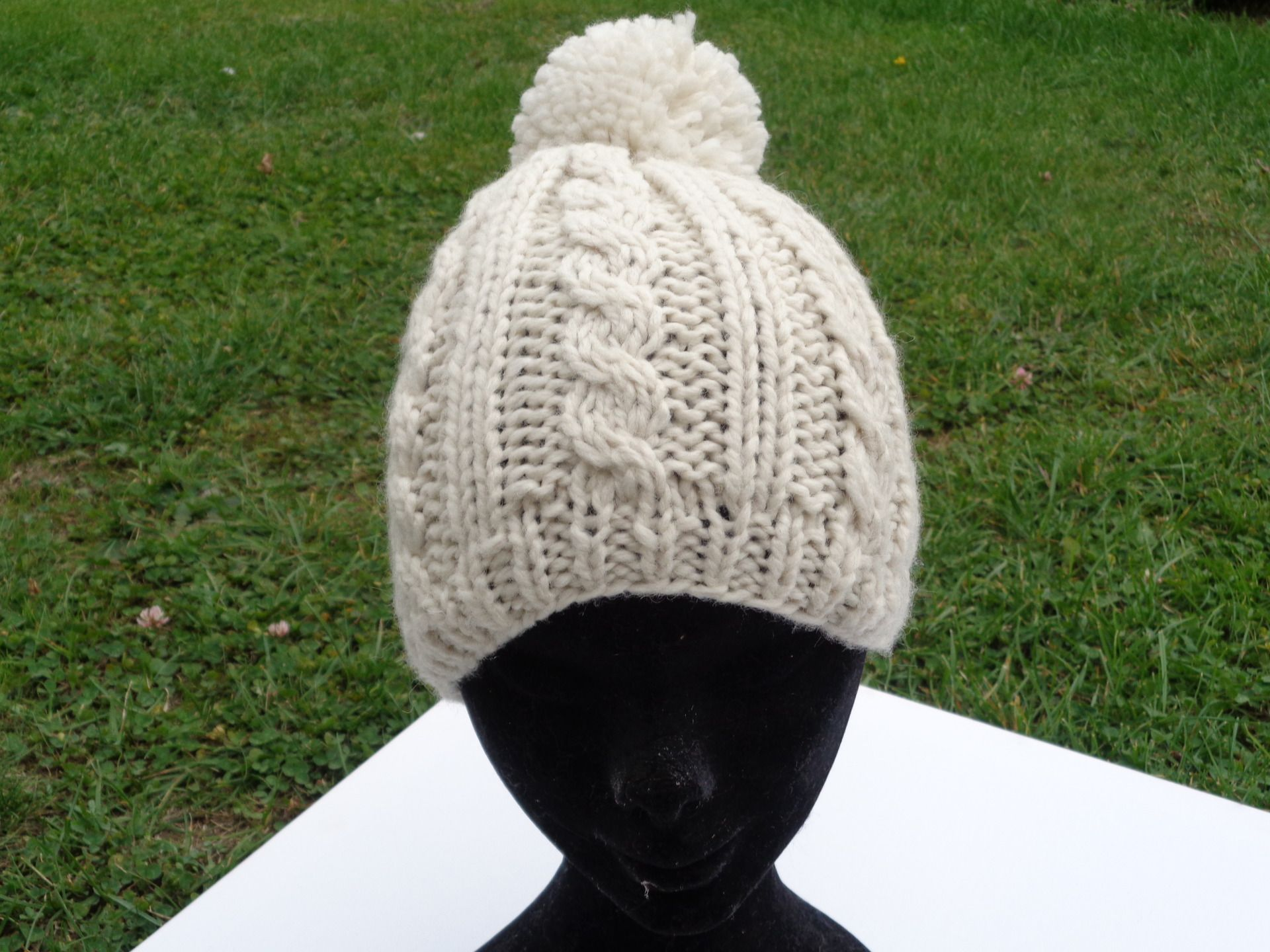 Bonnet tricoté main pour toute la famille Il est composé de cotes et de  torsades avec son pompon Trés chaud et doux pour cet hiver Taille unique  FIL utilisé