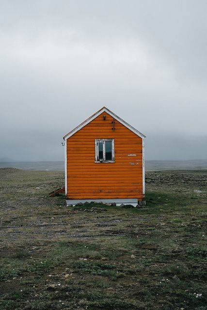 Sometimes, what looks simple, impressed more than what looks complex. This is Iceland and it amazes us with its green flat landscapes and minimalist houses. Beautiful!