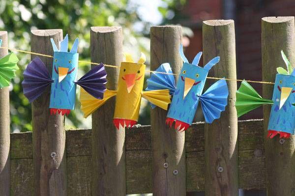 basteln mit kindern die vogel girlande aus buntem papier und leeren klopapierrollen k nnen sie. Black Bedroom Furniture Sets. Home Design Ideas