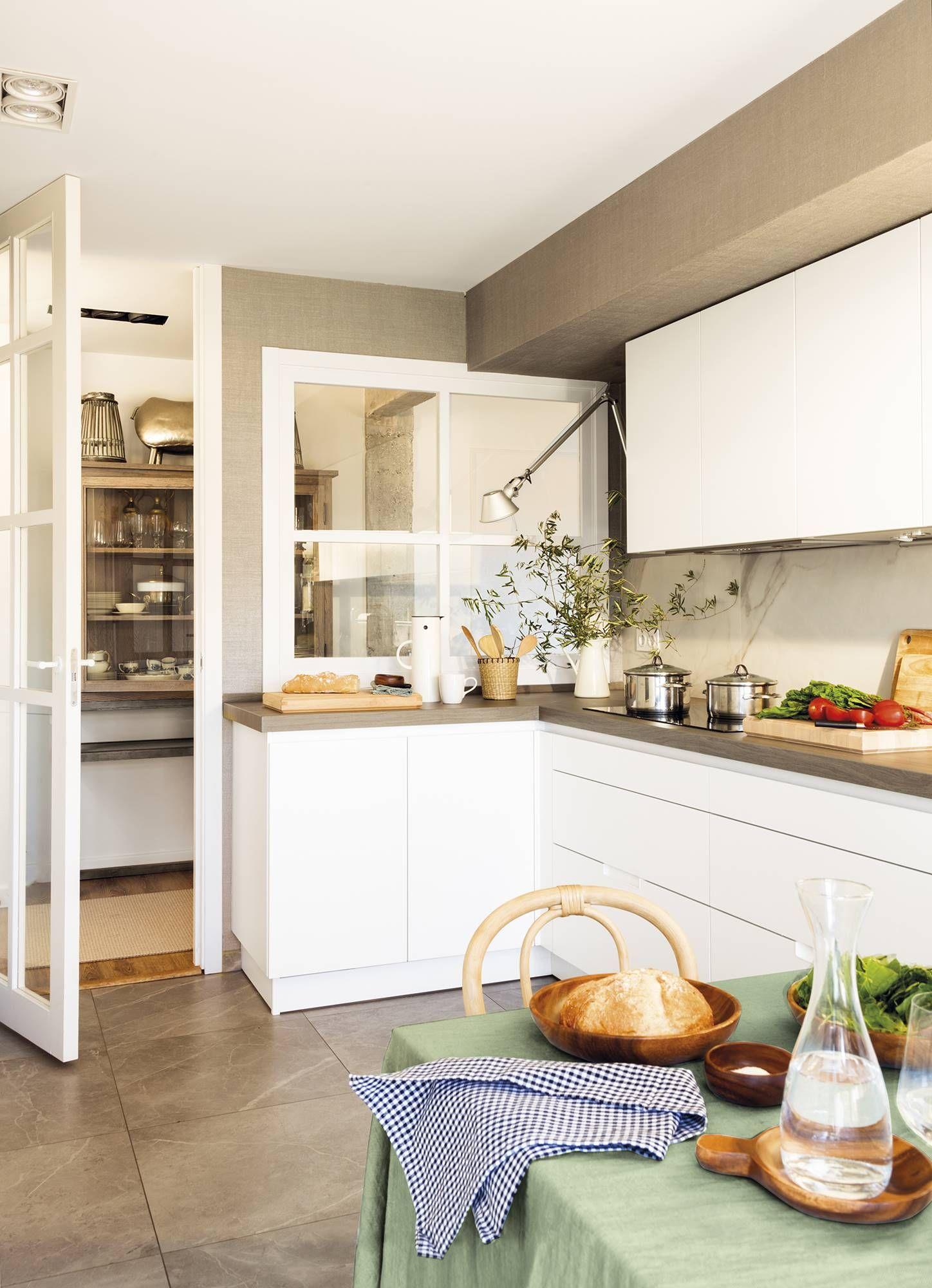 Un espejo hasta el techo en 2019 piso playa cocina for Separacion de muebles cocina comedor