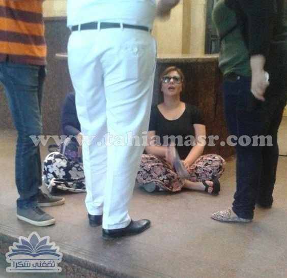 صورة حياة الدرديري بشبش الحمام وهى تفترش أرض القسم بعد القبض على توفيق عكاشة Pants Harem Pants Fashion