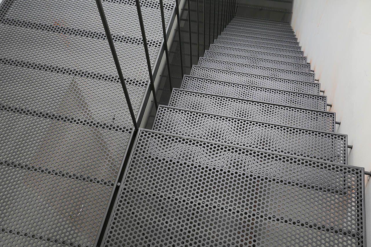 structure en acier plat et barres de diam 12mm planchers et marches en t le perfor e r10t15 d. Black Bedroom Furniture Sets. Home Design Ideas
