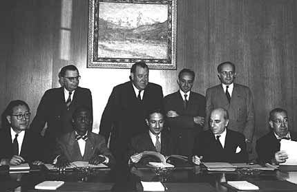 Foto dos representantes dos quatro países que ratificaram a Convenção para a Prevenção e Repressão do Crime de Genocídio no dia 14 de outubro de 1950.  Sentados, da esquerda para a direita: o Dr. John P. Chang (Coréia), o Dr. Jean Price-Mars (Haiti), o presidente da Assembleia, o Embaixador Nasrollah Entezam (Irã), o Embaixador Jean Chauvel (França), e o Sr. Ruben Esquivel de la Guardia (Costa Rica); de pé, da esquerda para a direita, o Dr. Ivan Kerno (Secretário geral adjunto para Assuntos…