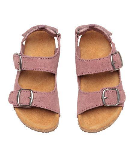 Check this out! PREMIUM QUALITY. Remsandaler i ruskind. Sandalerne har to remme foran med metalspænde, den ene med skjult elastik. Justerbar hælrem med burrelukning og strop. Formpresset indersål i ruskind. Riflet ydersål i gummi. – Gå ind på hm.com for at se mere.