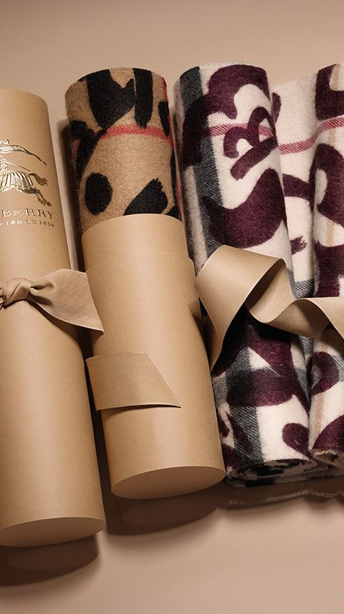 57dbd215f1cd An elegant Burberry gift - the check cashmere scarf