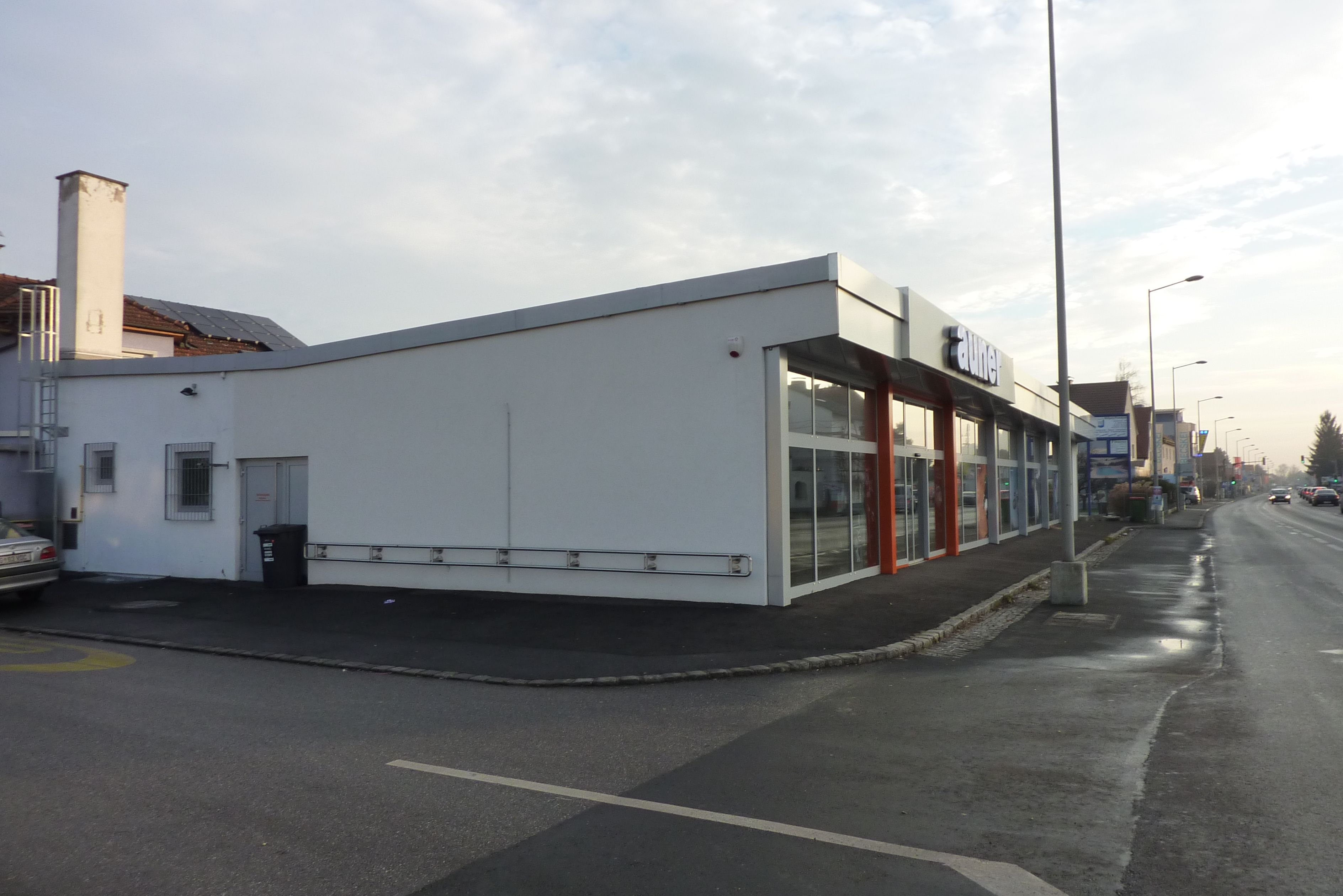 Filiale Nr. 94, Kärntner Straße 141: repräsentative Großfiliale in der stark befahrenen Ausfallsstraße.