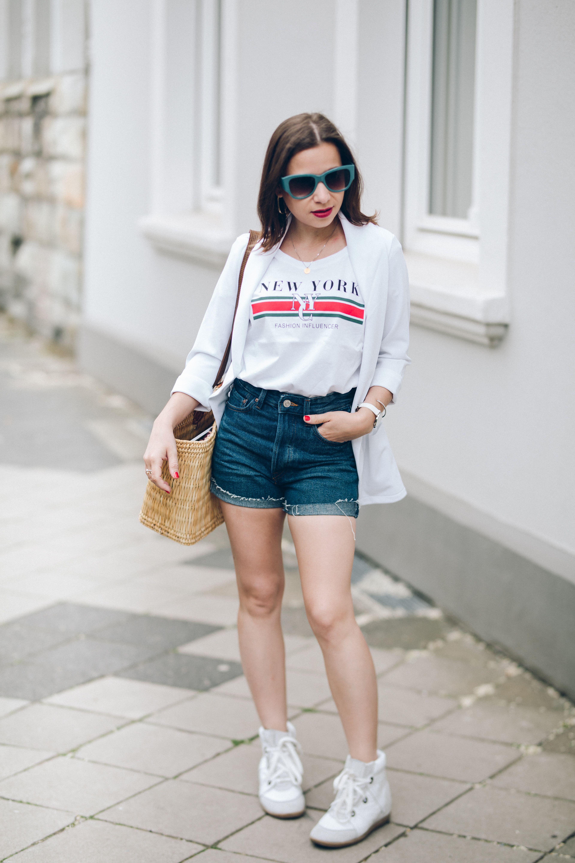 e13098d7840 Casual Chic Look mit weißem Blazer und Logo-Shirt – So kombiniere ich Jeans-