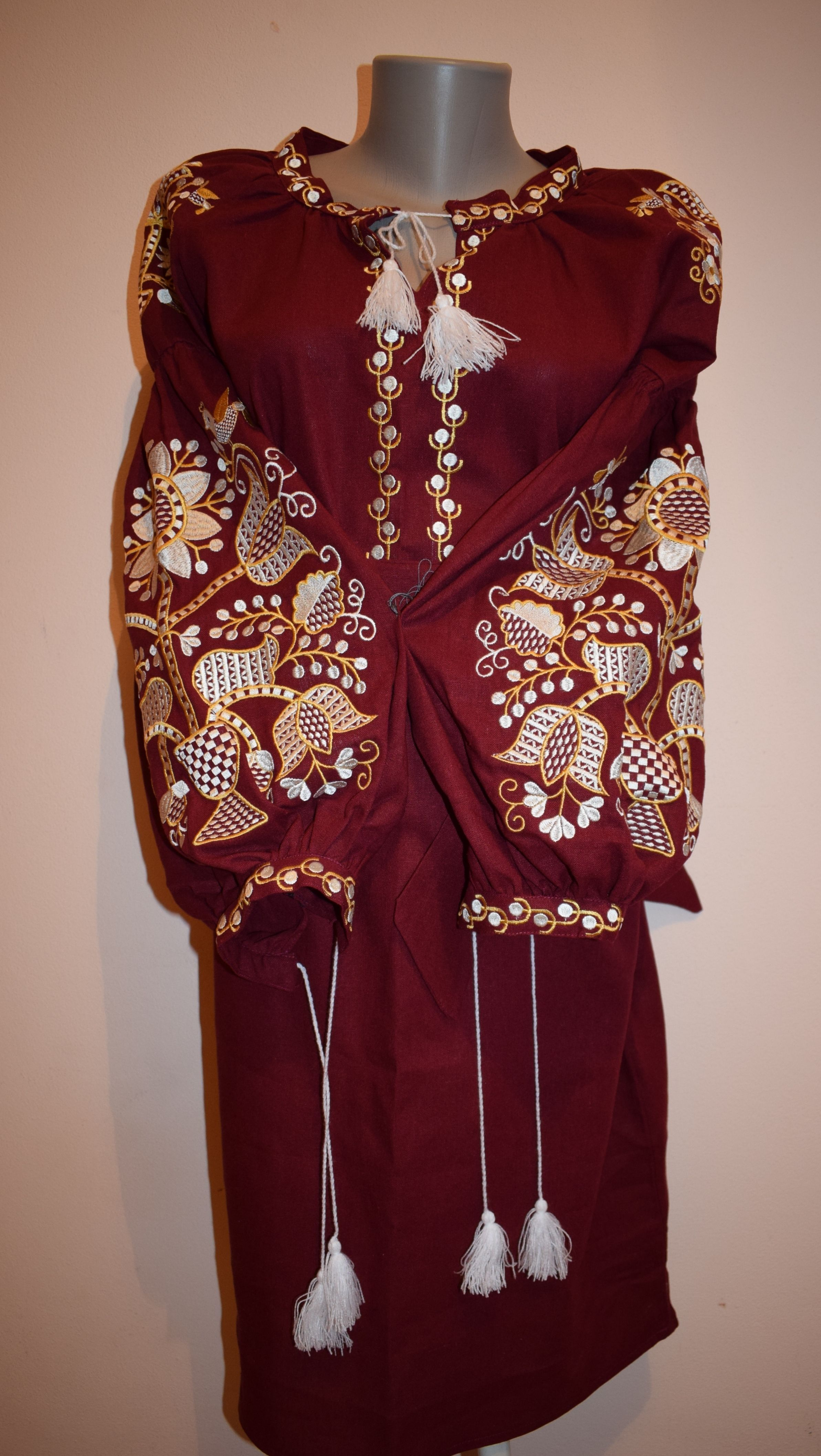 Вишита сукня завдовжки до коліна з довгими пишними рукавами. Модель  виготовлена з натуральної тканини e8235ad438467