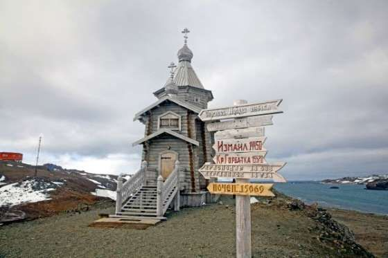 THERE ARE AT LEAST 7 CHRISTIAN CHURCHES Antarctica has no official religion but it is home to at least seven Christian churches. Although the population fluctuates regularly, its temporary residents come from all over the world and include believers of a whole rande of religions.