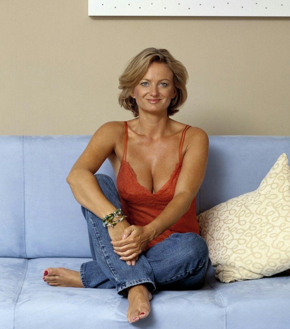 mature women cleavage