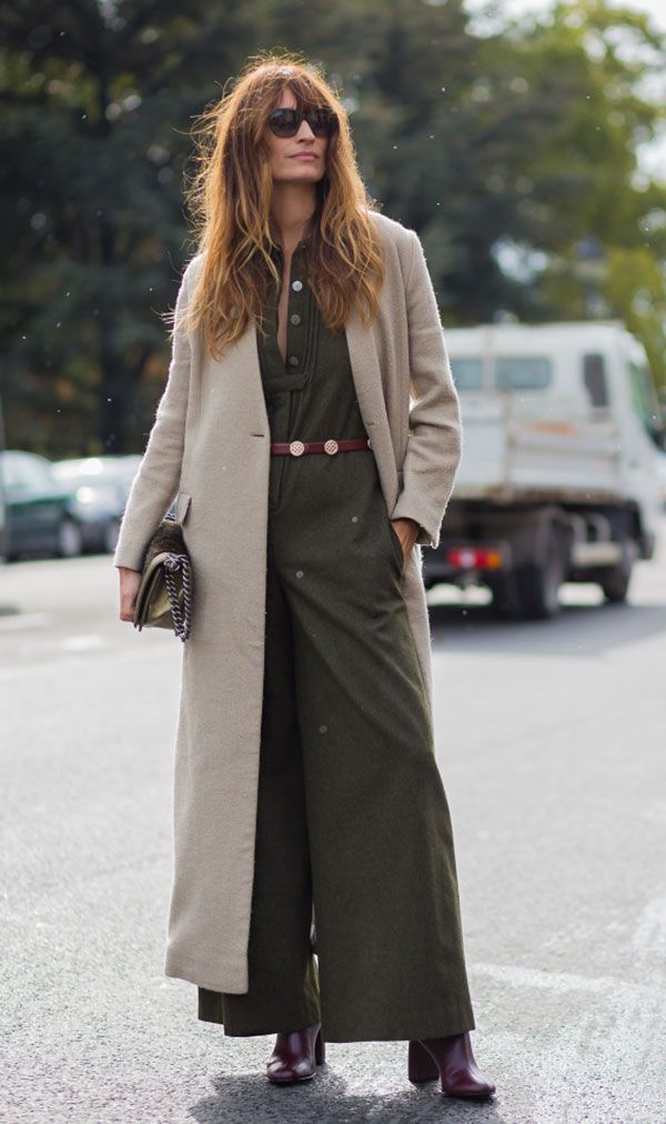 Street style look de como usar macacão verde militar no inverno com maxi casaco longo