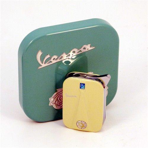La primera Vespa se presento en 1946 en el Club de Golf de Roma.     Desde entonces su excepcional diseño ha sido aplicado a centenares de artículos como este precioso encendedor electrónico Vespa inspirado en el frontal de la moto.