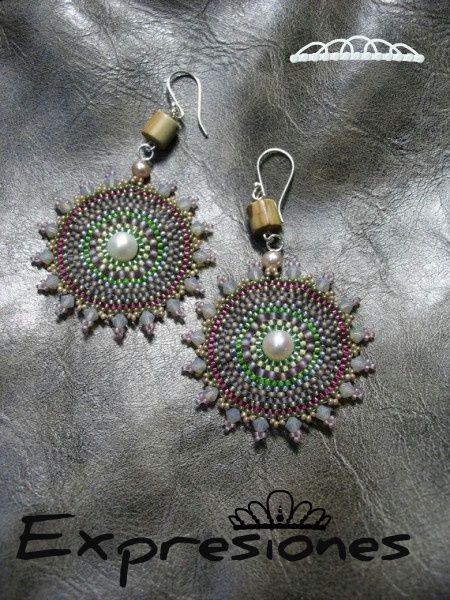 Aretes tejidos en mostacillas de color gris, morado y verde con aplicación de perla y ganchillos de plata 950