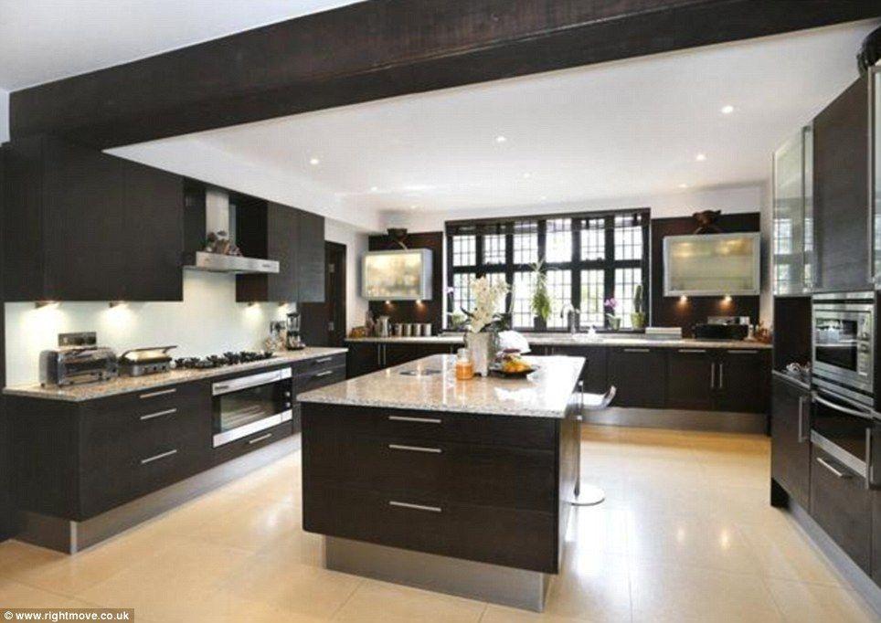 Take A Look At Britain S Best Kitchens Inside Luxury Houses For Sale Muebles De Cocina Cocinas De Lujo Islas De Cocina