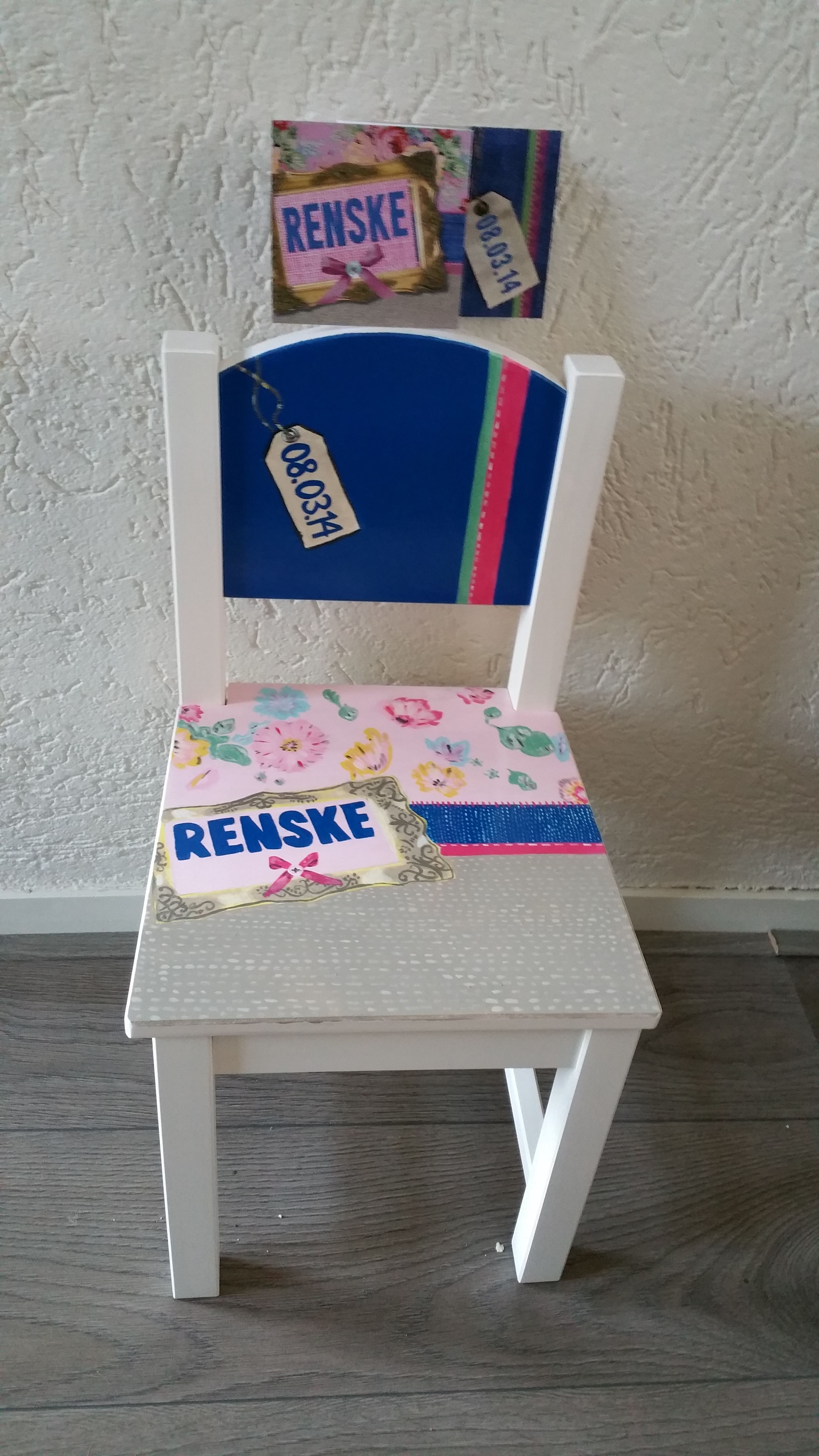 Beschilderd stoeltje in de stijl van het geboortekaartje
