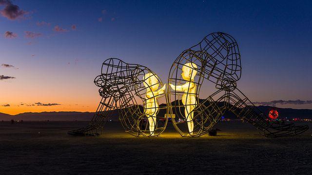 deux enfants dans des corps d adultes la sculpture du burning man