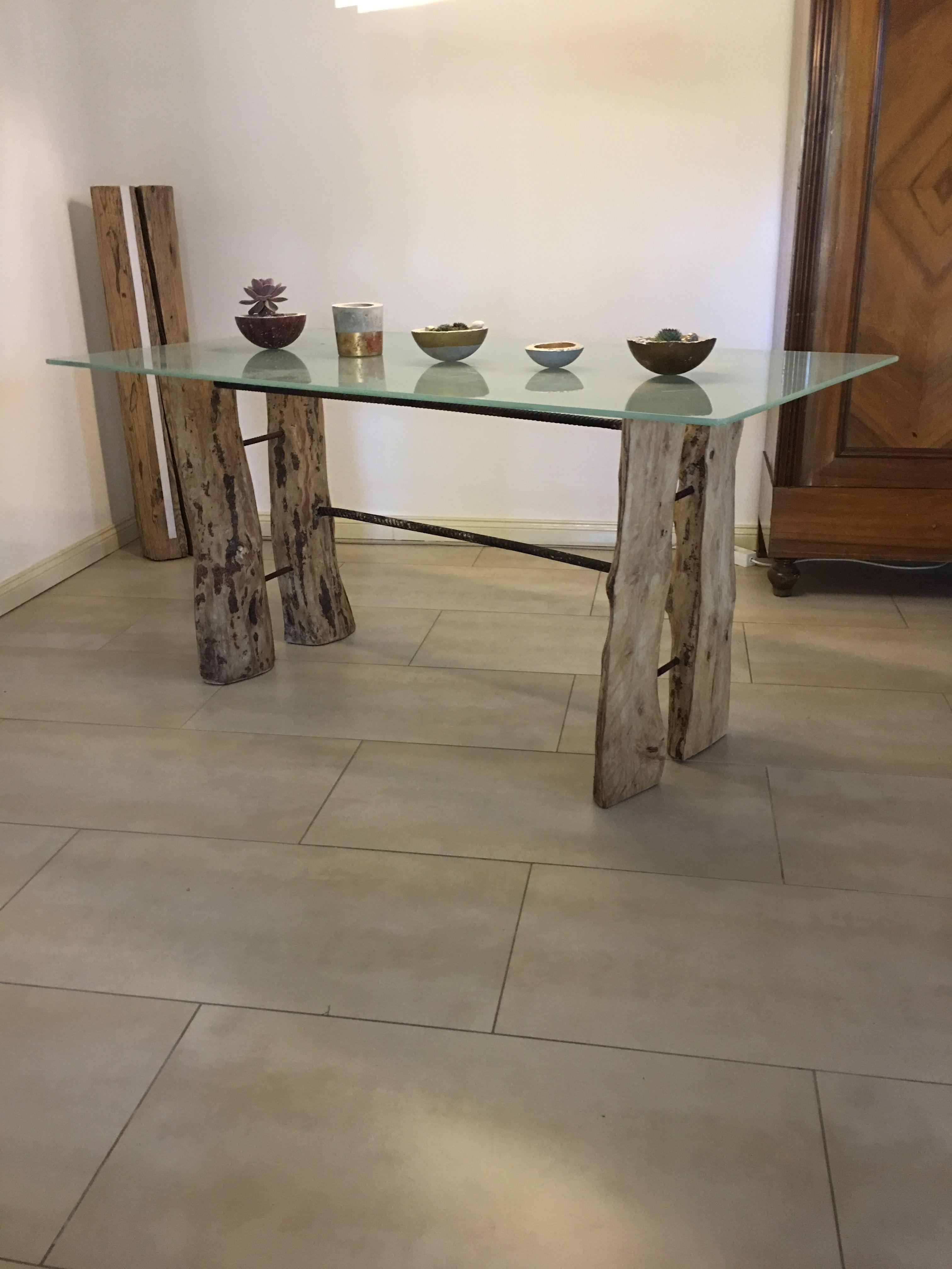 Design Glastisch mit Holz Füßen aus Birke und Bau Stahl Baumstamm ...