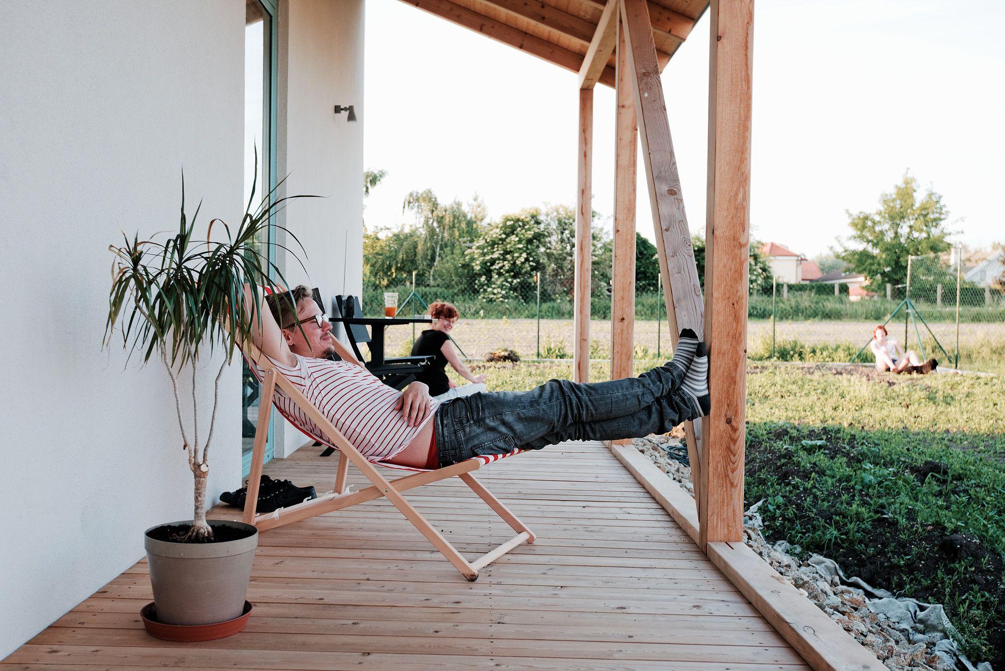 Jednoduché zadanie: chcem bývať v malom dome na malom pozemku za rozumné náklady. Budget je 75.000€. V hlave mi stále rezonuje spomienka na leto a vidiek.. Dá sa recyklovať typológia, tvaroslovie či dekor slovenskej ľudovej architektúry...