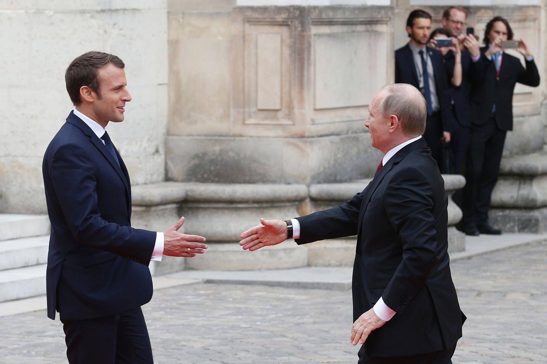 Путин прилетел напереговоры сМакроном. Фотография — Meduza