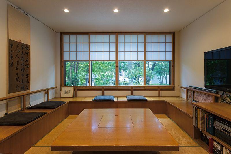 造り付けの座卓が存在感を放つリビングルーム 雪見障子から 四季の