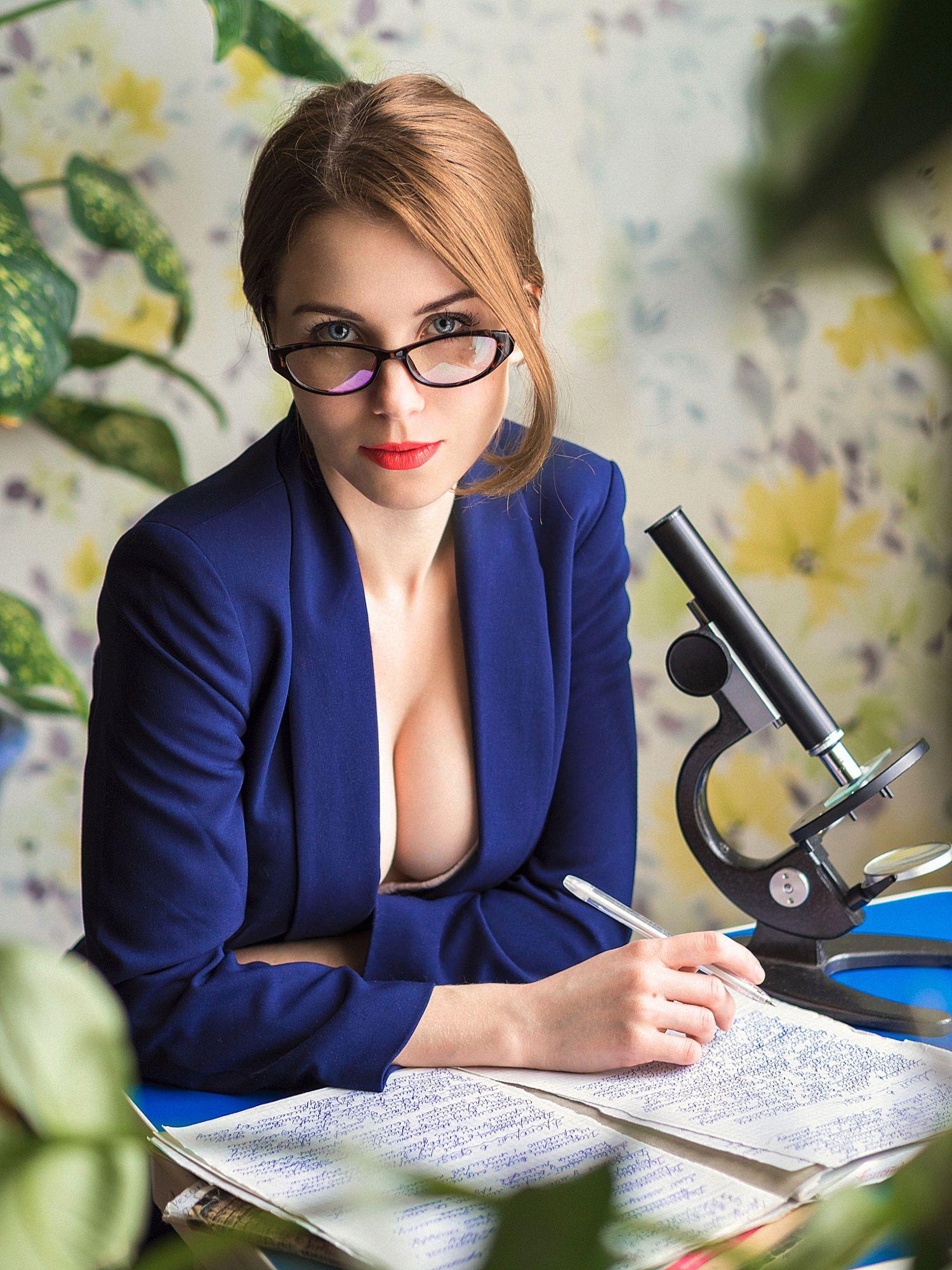любом случае, очкастая секретарша в голубом белье актеры