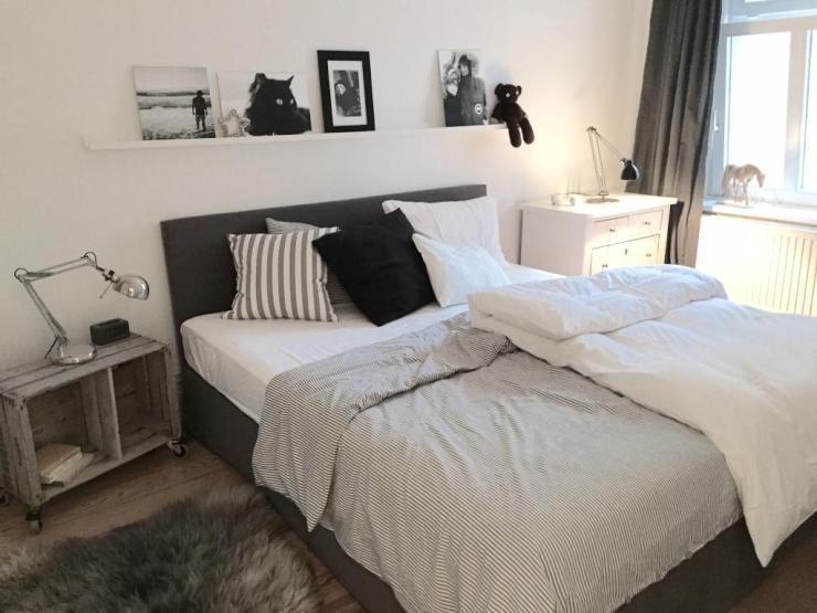 In diesem Black-and-White Schlafzimmer befindet sich ein toller DIY