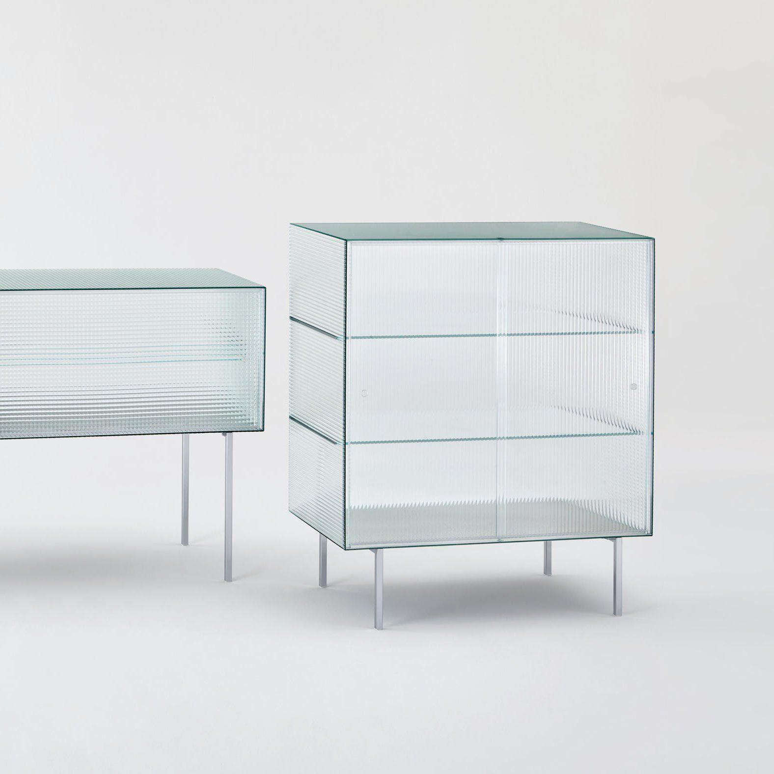 un meuble vitrine tout en verre sur pied hauteur moyenne design et tendance pour une d co. Black Bedroom Furniture Sets. Home Design Ideas