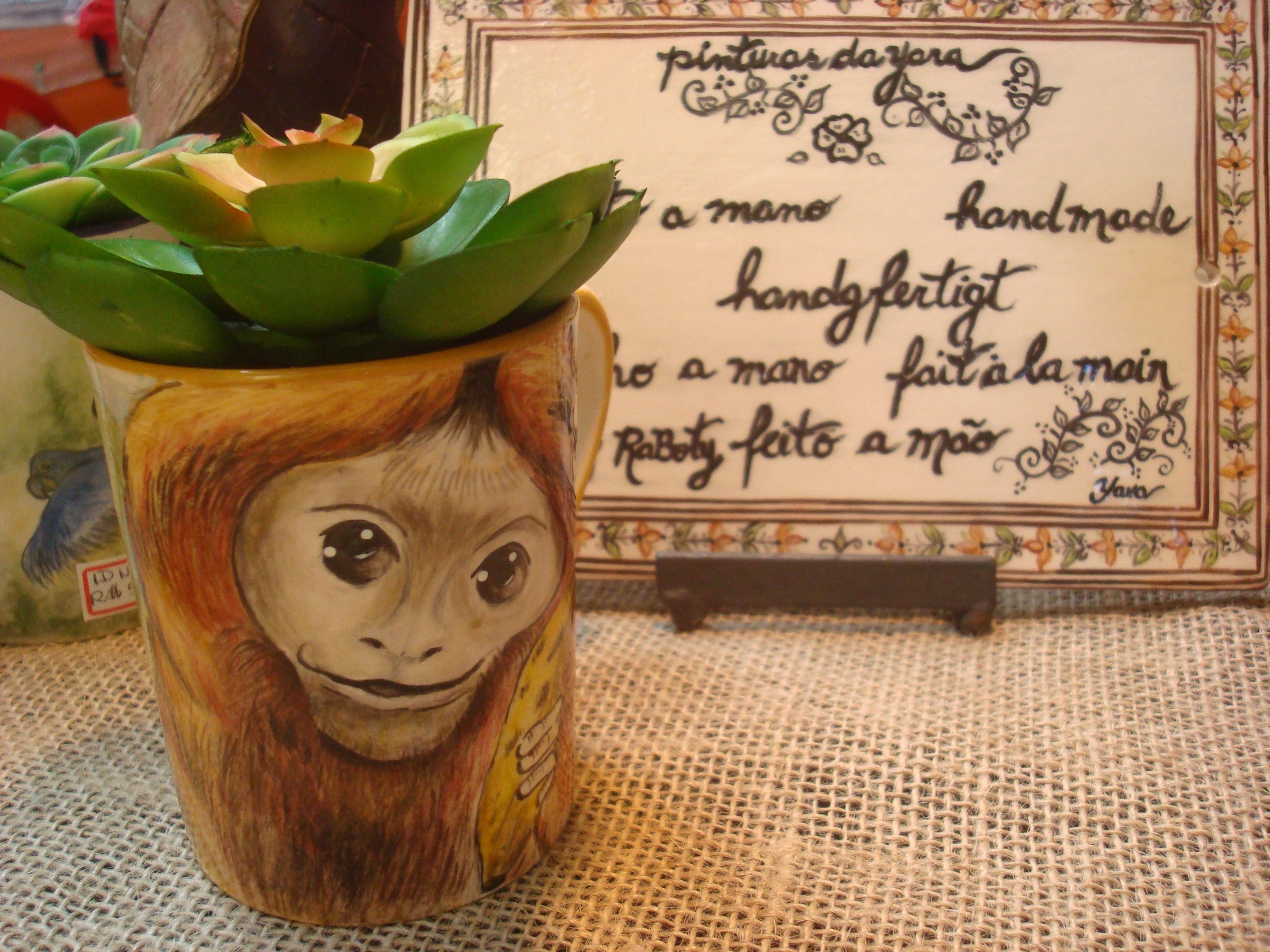 Caneca decorativa Mico Leão Dourado. Feita a mão. Ateliê da Yara. Arte expressa em Detalhes!