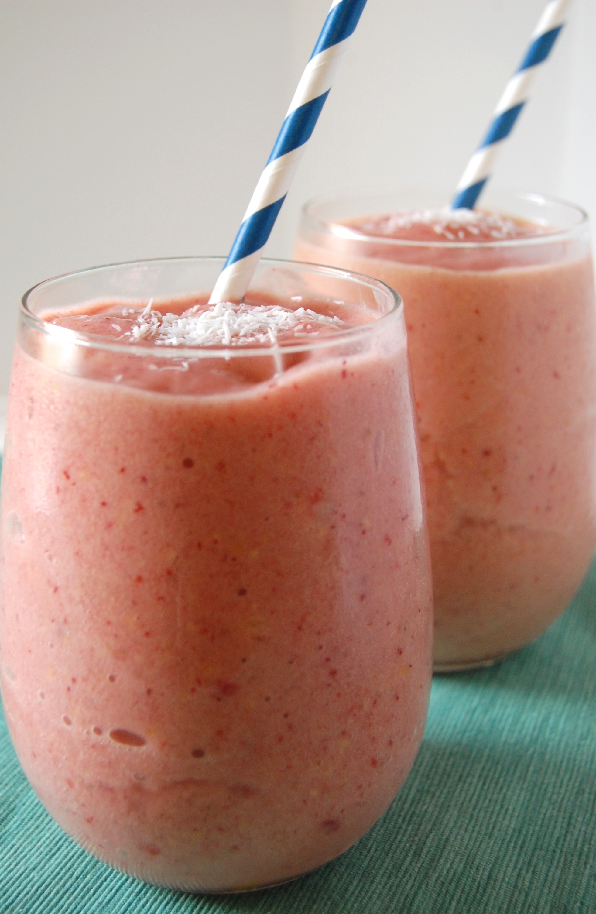 Tropical Almond Coconut Mango Smoothie: pretend you are on th ebeach with this tropical fruit