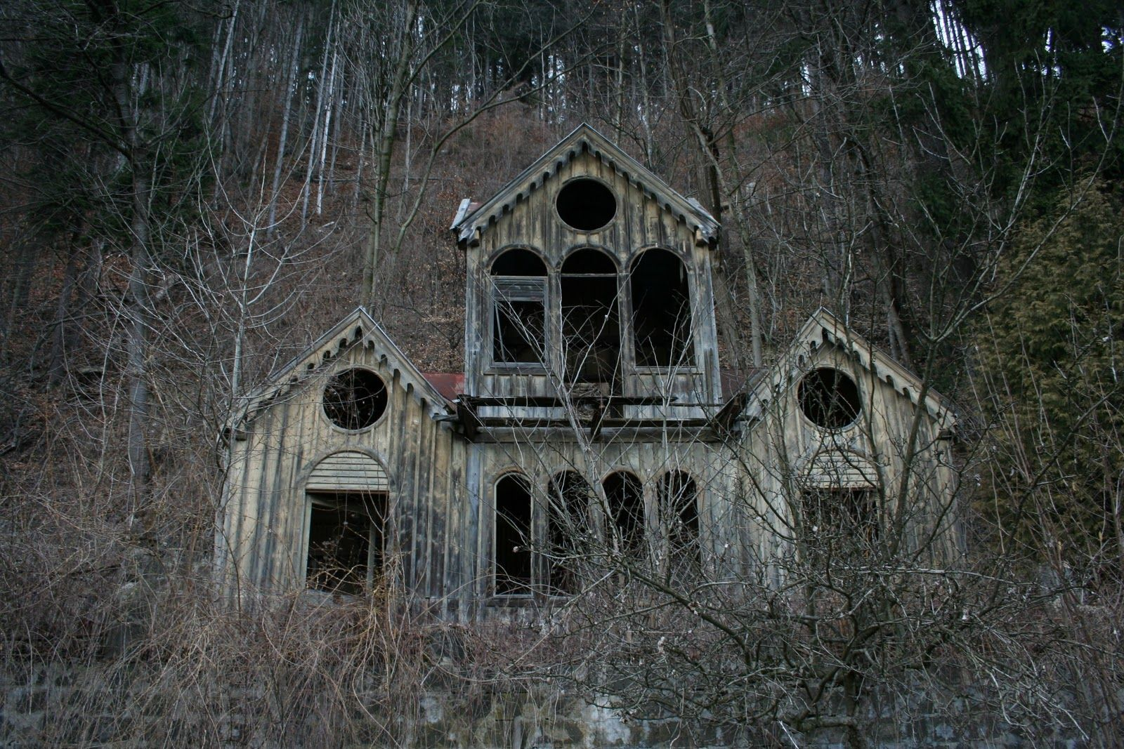 Creepy old houses this short film about a haunted house is from 1908 abandoned old for Classic haunted house movies