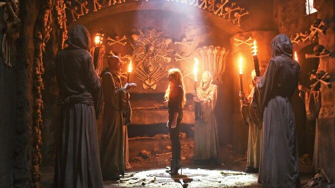 Shadowhunters Clary With The Silent Brothers In The City Of Bones Cazadores De Sombras Diseño De Personajes De Fantasía Personajes De Fantasía